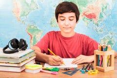 pojke som gör hans läxa Arkivfoton