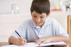 pojke som gör hans läxa arkivfoto