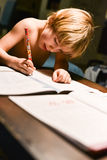 pojke som gör hans läxabarn Arkivbild