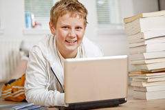 pojke som gör hans tonårs- läxa Royaltyfri Bild