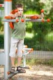 pojke som gör konditiongyckel som har utomhus- arkivbilder