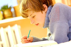 pojke som gör läxa Royaltyfri Foto