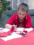 pojke som gör läxa Royaltyfri Fotografi