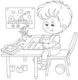 Pojke som gör läxa efter hans lek med leksaker Arkivbilder