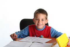 pojke som gör läxabarn Royaltyfria Bilder