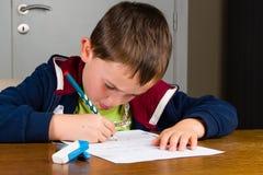pojke som gör läxabarn Royaltyfri Fotografi