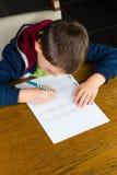 pojke som gör läxabarn Arkivbilder