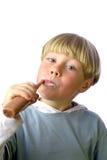 pojke som gör ren hans unga tänder iii royaltyfri bild