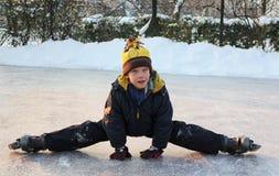 Pojke som gör splitsna Fotografering för Bildbyråer