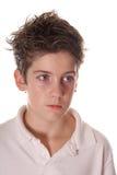 pojke som ger look allvarligt barn Arkivbild