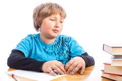 Pojke som gör läxa Arkivfoto