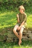 Pojke som håller ögonen på eated glass Arkivfoto