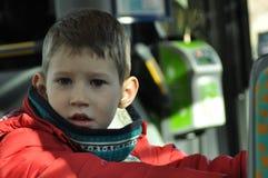 Pojke som håller ögonen på staden i bussen Royaltyfri Fotografi