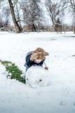 Pojke som har gyckel i snön Royaltyfria Bilder