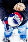 Pojke som har gyckel i snön Royaltyfri Fotografi