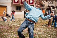 Pojke som har gyckel på gemenskapfestivalen Arkivbilder