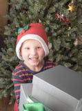 Pojke som har massor av att le för julgåvor Arkivfoton