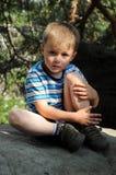 pojke som har rest Arkivbilder