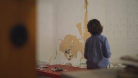 Pojke som hemma spelar leksakhelikopter lager videofilmer