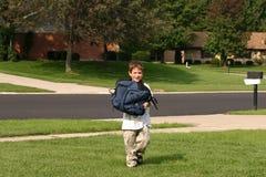 pojke som home kommer Fotografering för Bildbyråer