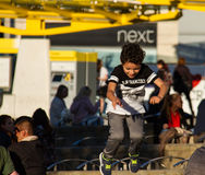 Pojke som hoppar av bänk i den Manchester City mitten Arkivfoton