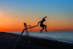 Pojke som hoppar av en livräddarestol Royaltyfria Foton