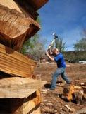pojke som hugger av tonårs- trä Arkivbilder