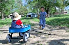 Pojke som kör till vagnen Royaltyfria Bilder