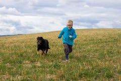 Pojke som körs med hunden Royaltyfri Bild