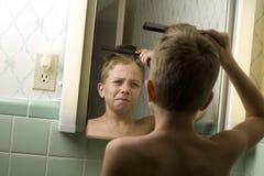 pojke som kammar hår hans barn Royaltyfri Foto