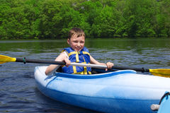 pojke som kayaking arkivbild