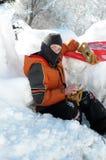 Pojke som kläs för sledding Arkivbilder