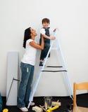 pojke som klättrar den lyckliga stegen little Royaltyfria Bilder