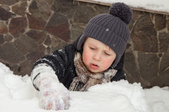 Pojke som klibbas i snö Arkivbilder