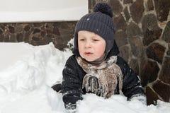 Pojke som klibbas i snö Royaltyfria Bilder