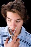 pojke som klipper hans näsa arkivfoto