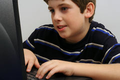 pojke som kontrollerar e-postbarn royaltyfri foto