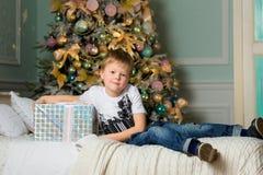 Pojke som kramar askslutet nytt år royaltyfria bilder