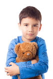 Pojke som kramar en nallebjörn Royaltyfri Fotografi