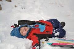pojke som lägger snow Royaltyfri Foto