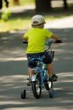 Pojke som lär att rida cykeln Fotografering för Bildbyråer