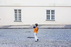 Pojke som långt borta pekar Fotografering för Bildbyråer