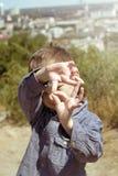 Pojke som låtsar att han är en kameraman Royaltyfria Foton