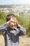 Pojke som låtsar att han är en kameraman Arkivfoto