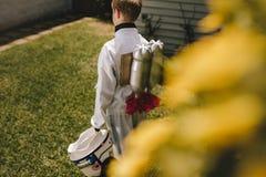 Pojke som låtsar för att vara en astronaut som spelar i trädgård arkivfoton