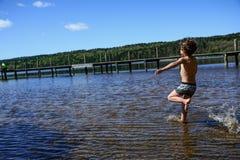 Pojke som leker i bevattna Royaltyfria Foton