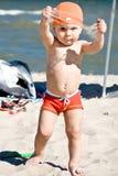 Pojke som leker i sanden på stranden Arkivfoton