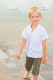Pojke som leker i springbrunnen Fotografering för Bildbyråer