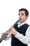 Pojke som leker på klarinetten Arkivfoton