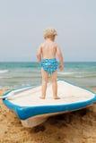 Pojke som leker på stranden Royaltyfria Bilder